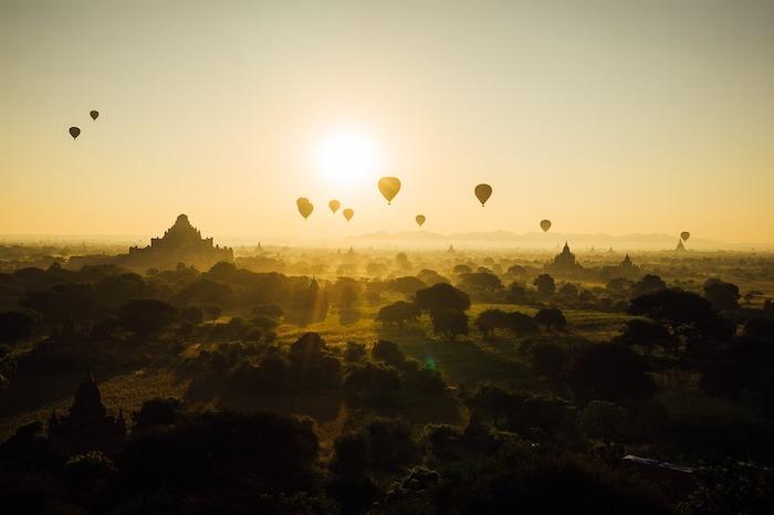Faire de la montgolfière au dessus des temples de Bagan en Birmanie