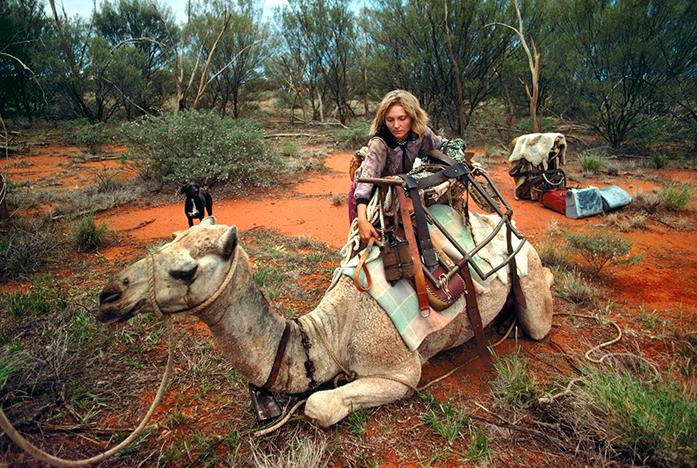 Robyn Davidson, la camel lady, avec ses chameaux et son chien dans le désert australien