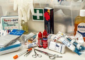 Que doit contenir votre trousse de premiers secours de voyage ou randonnée?