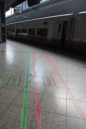 Les marquages au sol à respecter dans les gares à Tokyo