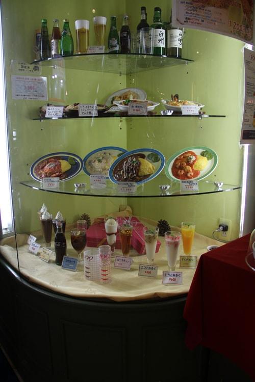 Plats, boissons et desserts alléchants en plastique dans une vitrine d'un restaurant à Tokyo