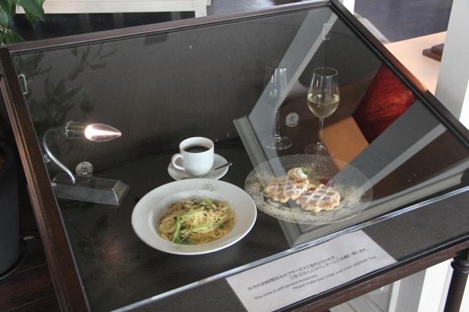 Nourriture en plastique dans une vitrine d'un restaurant à Tokyo