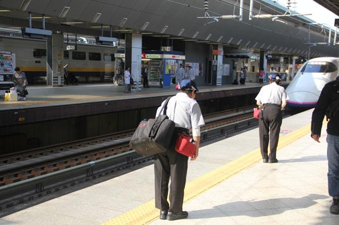 Marque de respect au Japon lors de l'arrivée d'un Shinkansen