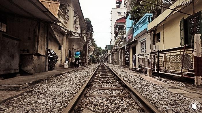 Chemin de fer dans les rues d'Hanoi