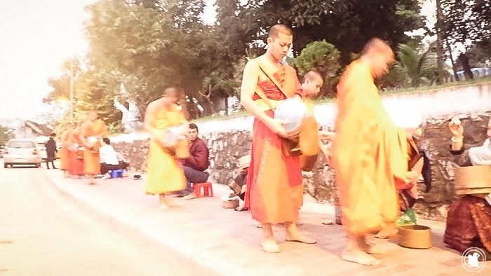 Tak Bat - Aumône aux moines, Laos