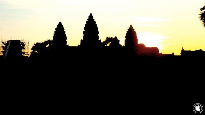 Levé de soleil sur Angkor Wat au Cambodgependant le voyage de Candie
