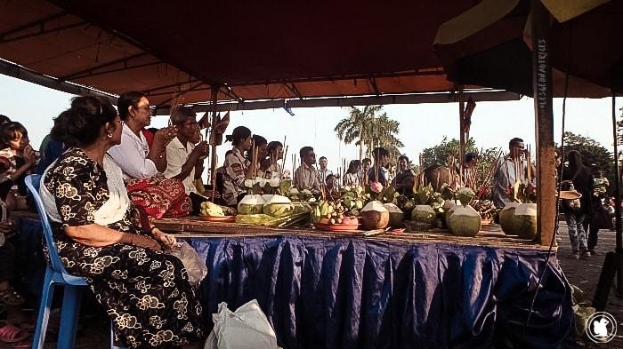 Cérémonie sur les quais à Phnom Penh