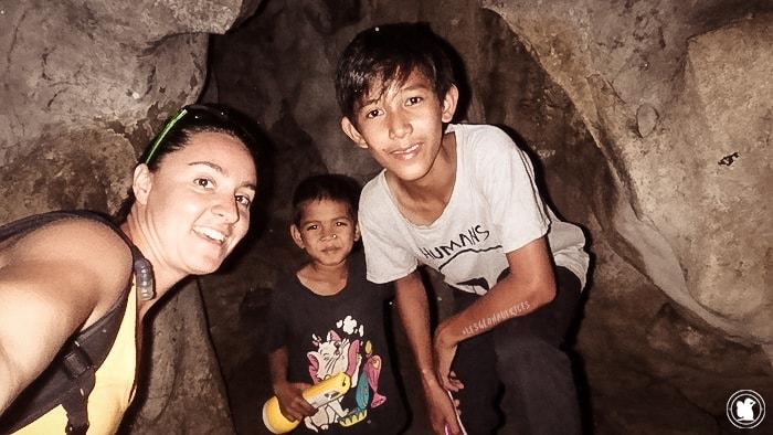 Avec nos jeunes guides à Kompong Trach, Cambodge