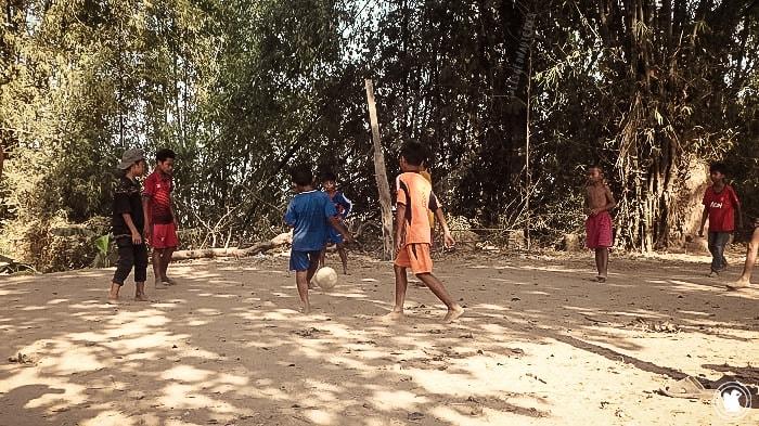 Les jeunes jouent au foot sur Koh Trong