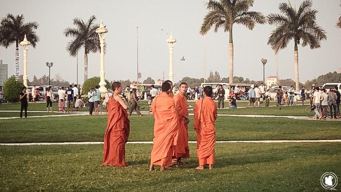Moines devant le palais royal de Phnom Penh