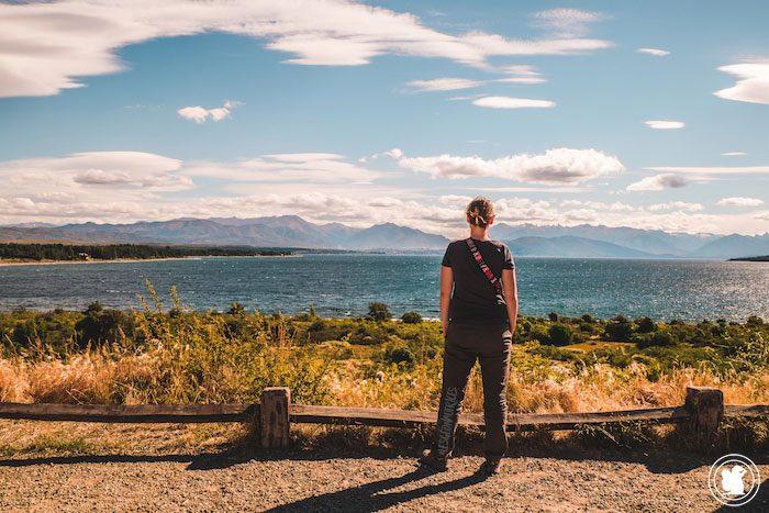Enora face au Lago Nahuel Huapi à Bariloche en Argentine