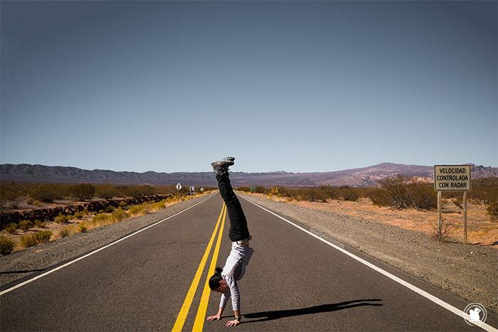 Candie jouant les acrobates sur la recta de Tintin - Road trip Salta