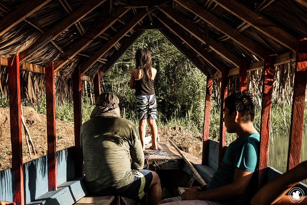 Dans la pirogue de Jorge avec Manual et les enfants
