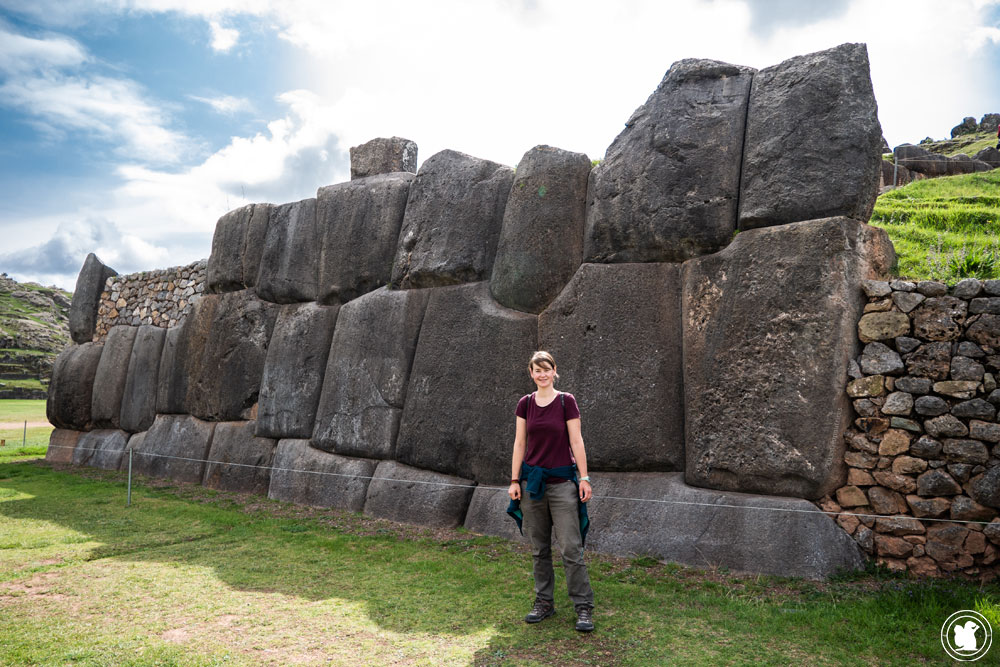 Enora devant le temple de Sacsayhuaman - Cusco